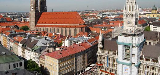Munich Downtown: view of Marienplatz with Frauenkirche in the background