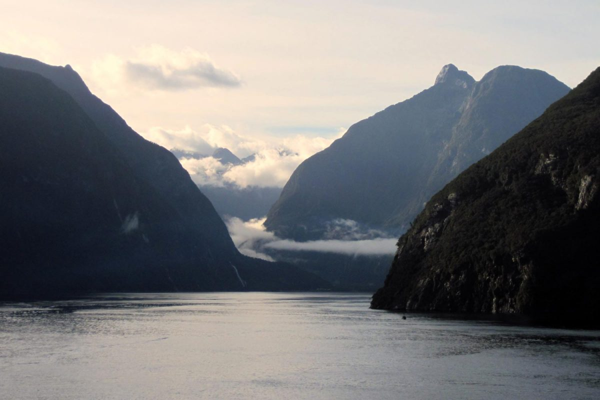 Milford Sound (photo: Travellers & Tinkers [CC BY-SA 3.0 (https://creativecommons.org/licenses/by-sa/3.0)])