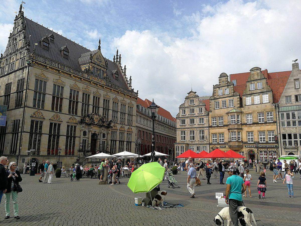 Bremen Marktplatz [photo: Aleksandr Zykov from Russia [CC BY-SA (https://creativecommons.org/licenses/by-sa/2.0)]]