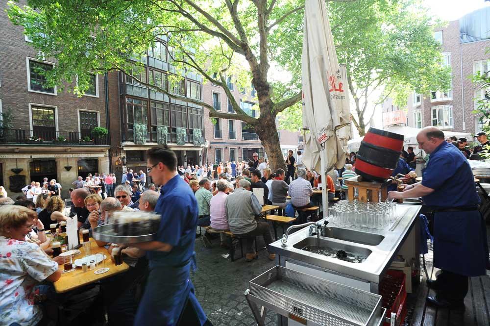 Düsseldorf Altstadt Beim Uerige (photo: DMT)