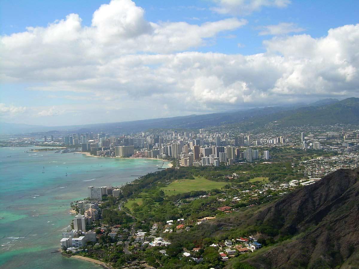 Honolulu (from Diamond Head Point) (photo: ErgoSum88, public domain)