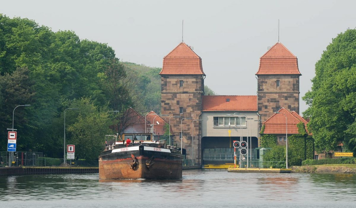 "Minden Aqueduct, lock from Mittellandkanal (German for ""midland canal"") to the Weser. Barge ""Egesi"" is leaving the lock. [Jochen Teufel [CC BY-SA (https://creativecommons.org/licenses/by-sa/3.0)]]"