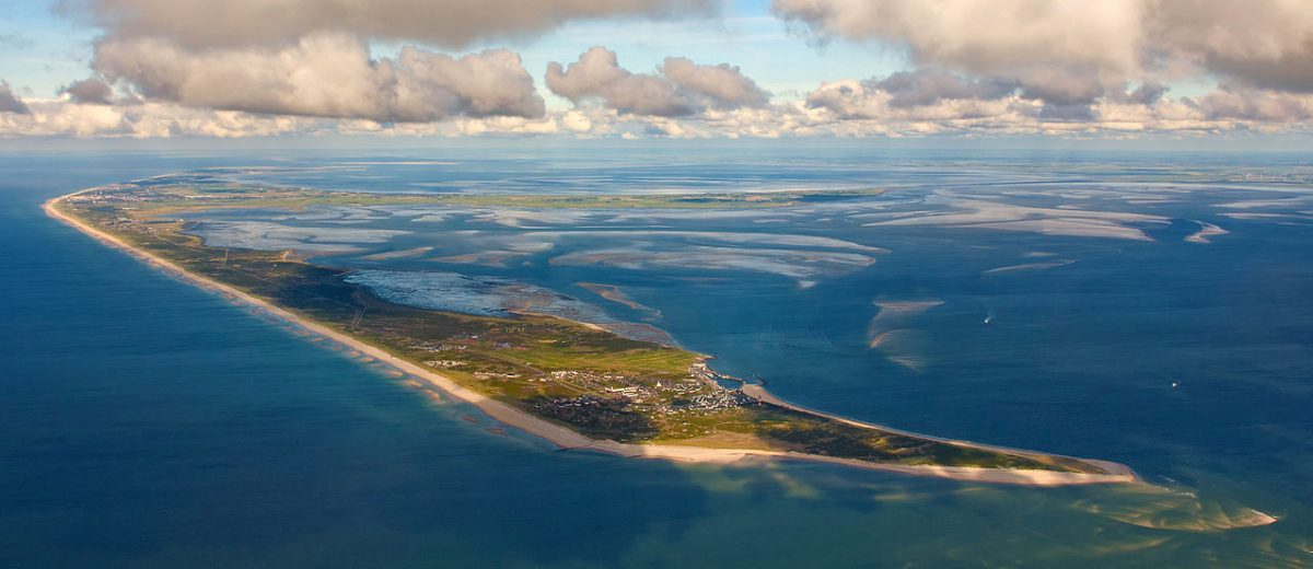 Photo flight over the North Frisian Wadden Sea, view from SSW (200 °), 1 km altitude and 4 km distance to Sylt [photo: Ralf Roletschek / CC BY-SA (https://creativecommons.org/licenses/by-sa/3.0)]