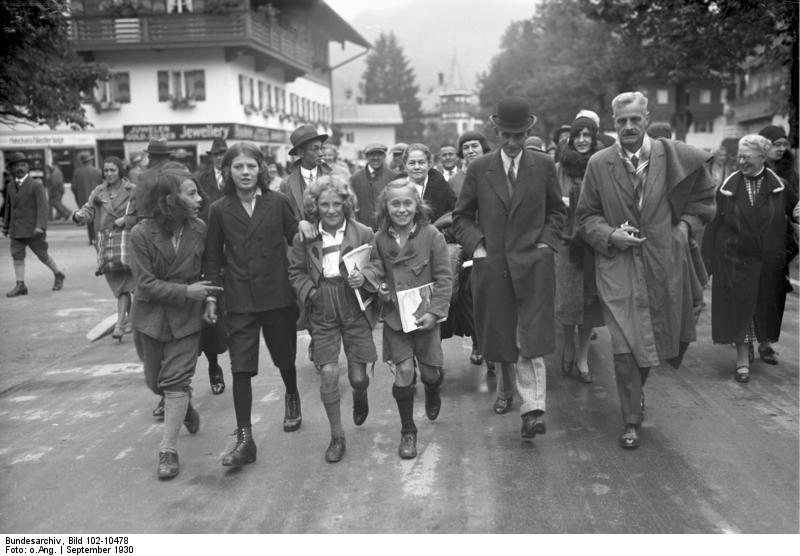 Henry Ford (Ford Motor Company) oon his way to the Passion Plays, 1930 / Der amerikanische Automobilkönig Henry Ford bei den Passionsspielen in Oberammergau [photo: Bundesarchiv, Bild 102-10478 / CC-BY-SA 3.0 / CC BY-SA 3.0 DE (https://creativecommons.org/licenses/by-sa/3.0/de/deed.en)]
