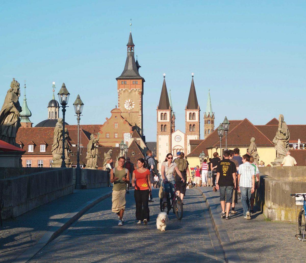 Alte Mainbrücke [photo: Congress Tourismus-Wirtschaft Würzburg]