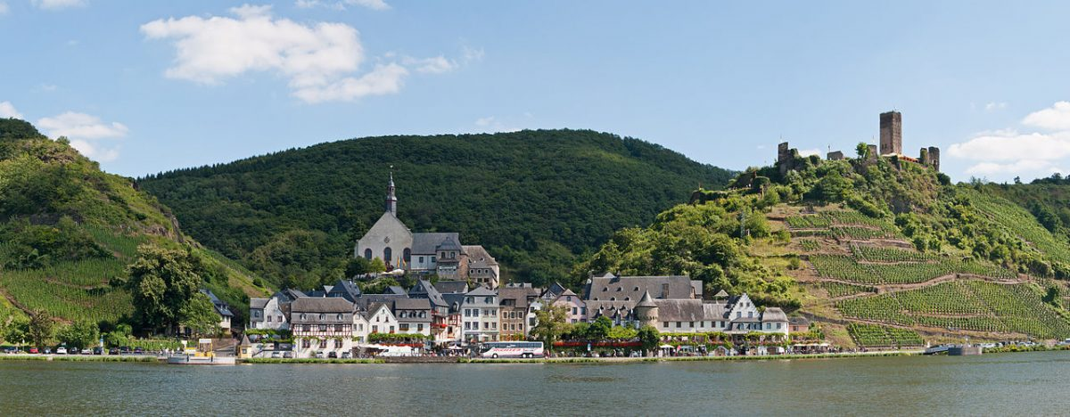 Beilstein (Rhineland-Palatinate, Germany) – panoramic view on the opposite bank of the river Moselle near Ellenz [photo: © Steffen Schmitz (Carschten)/Wikimedia Commons / CC BY-SA 3.0 DE (https://creativecommons.org/licenses/by-sa/3.0)]