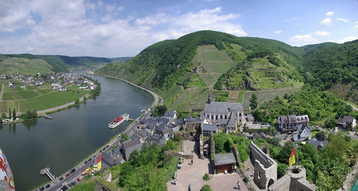 Beilstein at the river Mosel, view from the Castle Metternich [photo: 2009; Berthold Werner / CC BY-SA (https://creativecommons.org/licenses/by-sa/3.0)]