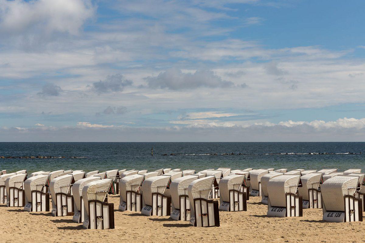 Strandkörbe -- Beach chairs at the beach of Sellin (Rügen) [photo: Ansgar Koreng / CC BY 3.0 (DE)]