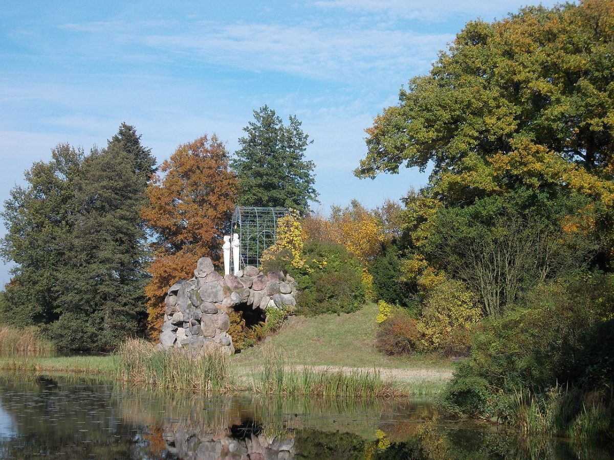 Amalia's Grotto in the Gardens of Wörlitz [photo: Jwaller, CC BY-SA 3.0 https://creativecommons.org/licenses/by-sa/3.0, via Wikimedia Commons]